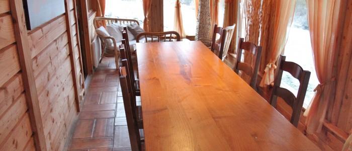 Grande table à manger ,dans la véranda.