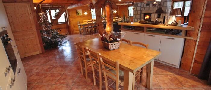 Un bar permet de séparer la cuisine du salon,idéal pour servir l'apéritif.