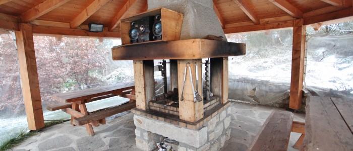 Ce barbecue est abrité ,chauffé et munis d'un tourne broche.