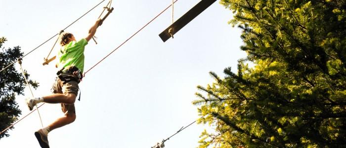 LE PARCOURS AVENTURE Affrontez les obstacles comme un aventurier, et bravez saut de tarzan, pont de singe, cages suspendues, descentes en tyrolienne. Une particularité : la surface de jeu : 50 hectares, c'est énorme !